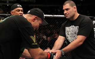 Cain Velasquez e Junior Cigano se cumprimentam  (Foto: Foto: Divulgao UFC)