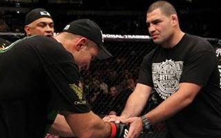 Cain Velasquez e Junior Cigano se cumprimentam  (Foto: Foto: Divulgação UFC)