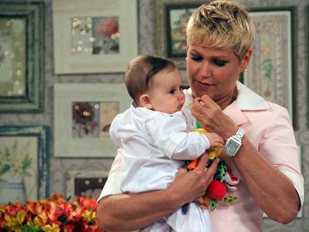 Xuxa entra no personagem e se diz natural no papel de babá (Foto: TV Globo / Camila Crespo)