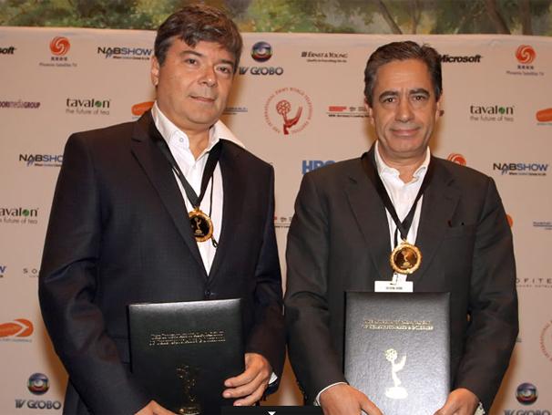 O diretor de Entretenimento Internacional Guilherme Bokel e Luís Marques, da SIC, exibem as medalhas recebidas por Laços de Sangue (Foto: Divulgação TV Globo)