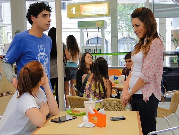 Natália vê Ziggy e Débora juntos e fica possessa (Foto: TV Globo / Malhação)