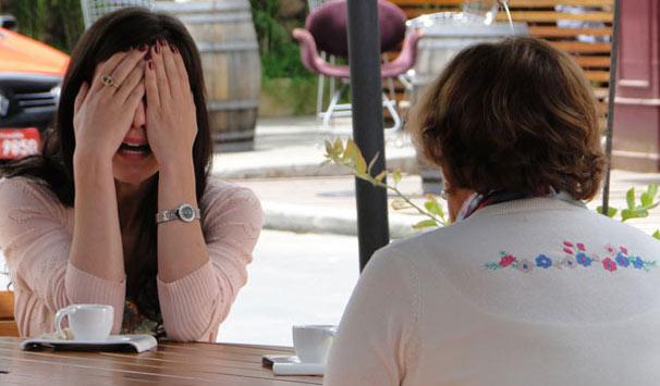 Manuela (Marjorie Estiano) está confusa com a melhora da irmã (Foto: Divulgação/ Site de A Vida da Gente)