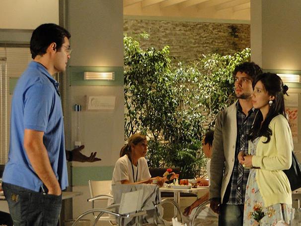 Manu pensa em contar toda verdade a Ana, mas Lúcio diz que ainda é cedo (Foto: TV Globo / A Vida da Gente)