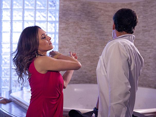 Tereza Cristina dá um tapa na cara de Ferdinand por não ter matado Marcela (Foto: TV Globo / Fina Estampa)