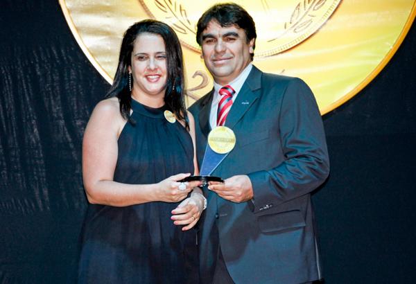 A gerente de Marketing da emissora, Thais Neves, recebeu a premiação (Foto: Mauro Marques)