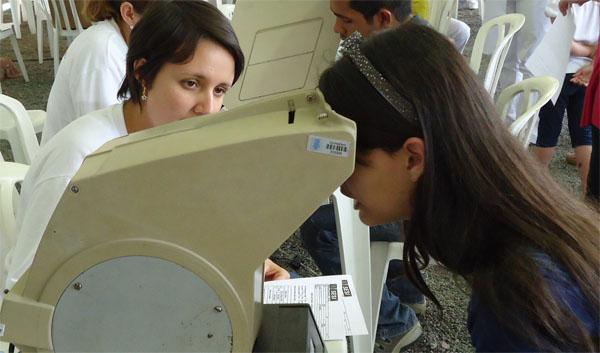Exames de vista gratuitos para a comunidade (Foto: Divulgação/RPC TV)
