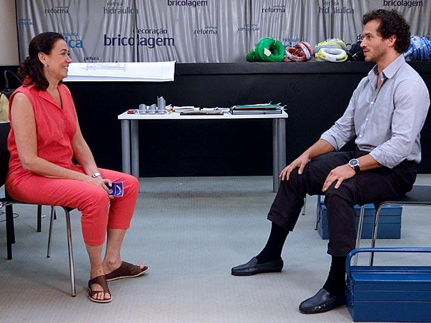 Renê liga para Griselda durante sua conversa com Guaracy (Foto: TV Globo/ Fina Estampa)