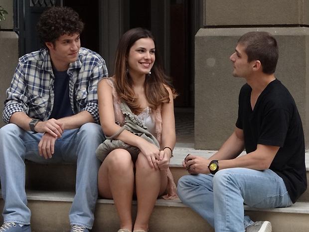 """Gabriel fica com ciúmes de Tomás, o estudante de jornalismo que vai coordenar o """"Conectados"""" (Foto: TV Globo/ Malhação)"""