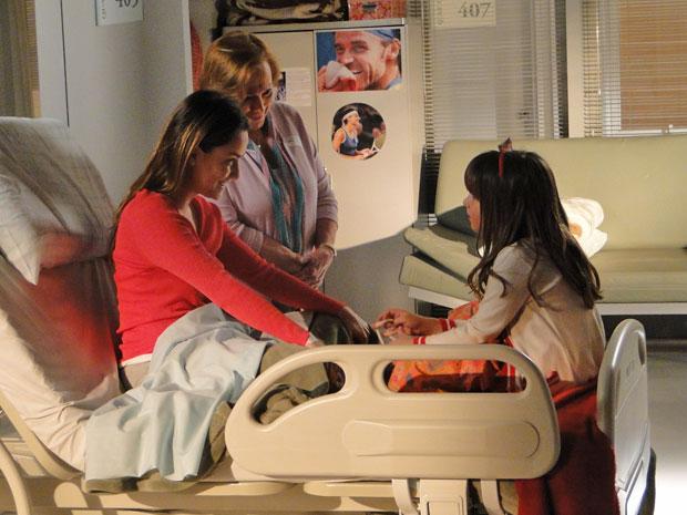 Iná leva Júlia para ver Ana (Foto: TV Globo/ A Vida da Gente)