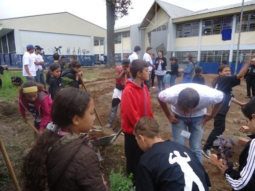 Alunos participam da oficina de horta (Foto: Divulgação/RPC TV)