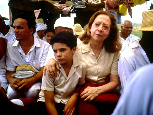 Destino coloca mulher dura e menino de 9 anos em um reencontro emocionante (Foto: Divulgação)