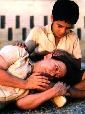 Esta cena em que Dora (Fernanda Montenegro) deita no colo de Josué (Vinicius de Oliveira) se tornou clássica (Foto: Divulgação)
