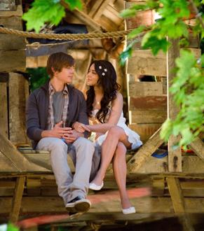 Troy (Zac Efron) e Gabriella (Vanessa Hudgens) sofrem com separação (Foto: Divulgação)