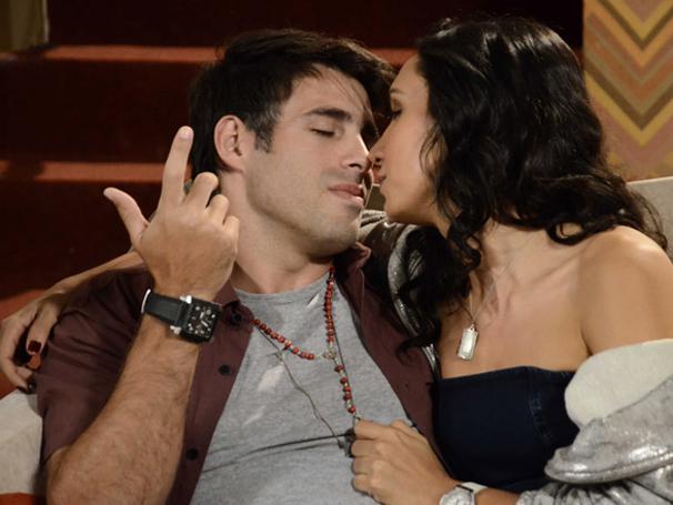 Raíssa e Sebastião começam jogo de sedução para levar prêmio todo (Foto: TV Globo / Aquele Beijo)