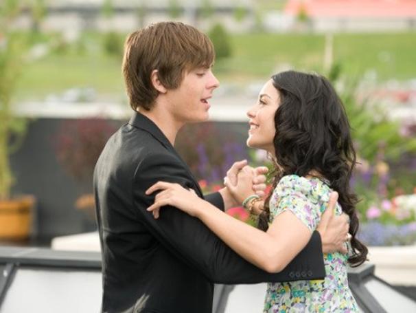 Troy (Zac Efron) e Gabriella (Vanessa Hudgens) protagonizam os três filmes 'High School Musical' (Foto: Divulgação)