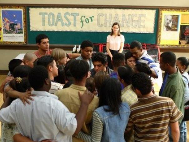 Erin Gruwell (Hilary Swank) muda vida dos alunos em colégio nos Estados Unidos (Foto: Divulgação)