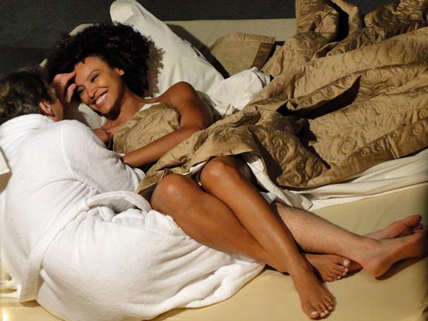 Alberto tem primeira noite de amor com Sarita  (Foto: TV Globo / Aquele Beijo)