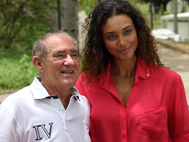 Débora Nascimento se diverte ao lado de Renatao Aragão (Foto: Divulgação TV Globo / Miriam Paço)