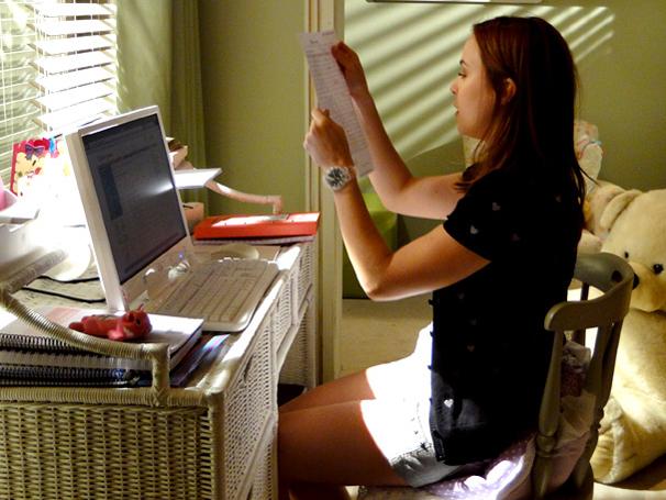 Débora descobre que Laura pagou a dívida de Guido (Foto: TV Globo / Malhação)