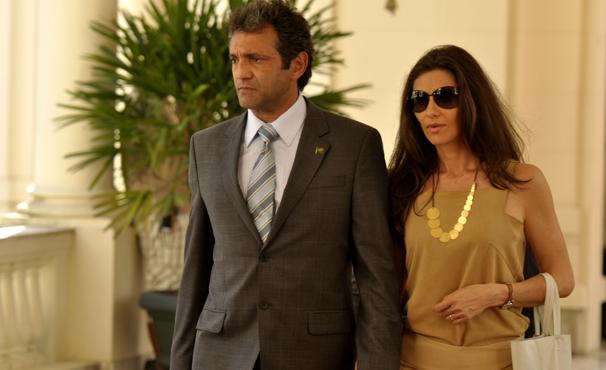 Paulo Ventura passeia ao lado da esposa, interpretada por Maria Fernanda Cândido (Foto: TV GLOBO / João Cotta)