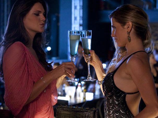 A modelo Daniela Sarayhba participou de Insensato Coração ao lado de Deborah Secco (Foto: TV Globo / Insensato Coração)