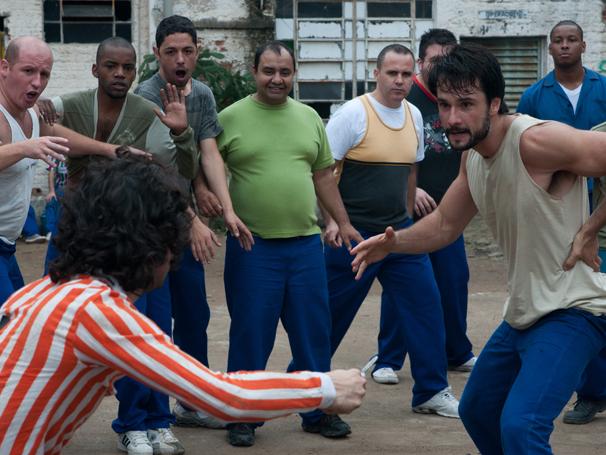 Ciba (Rodrigo Santoro) participa de briga no presídio (Foto: TV Globo / Fabio Rebelo)