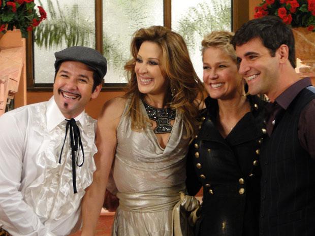 Elenco aproveita para conversar e tirar fotos com Xuxa (Foto: TV Globo / Ti-ti-ti)