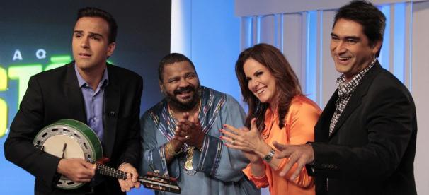 No estúdio do Fantástico, apresentadores se divertem com Arlindo Cruz (Foto: Camila Crespo / Divulgação TV Globo)