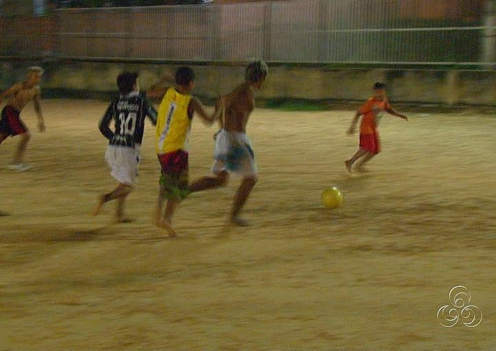Meninos jogam bola nas horas vagas (Foto: Amazônia TV)