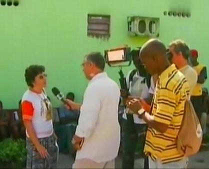 Ari Peixoto entrevista a responsável pela ajuda solidária (Foto: Jornal do Amazonas)