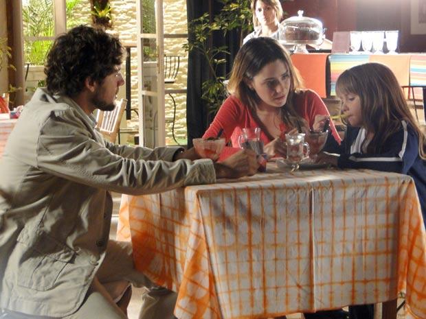 Rodrigo e Ana contam a Júlia sobre o namoro (Foto: TV Globo/ A Vida da Gente)