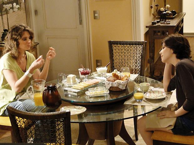 Alexia conta para Laura que está apaixonada por Gabriel  (Foto: TV Globo / Malhação)