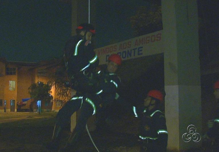 Os profissionais também utilizam técnica de rapel para os resgates (Foto: Jornal do Amazonas)
