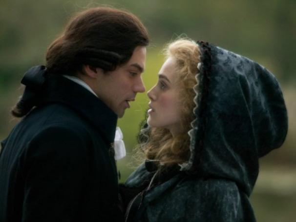 Diante das traições do marido, Georgiana (Keira Knightley) se vê apaixonada por Charles Grey (Dominic Cooper) (Foto: Divulgação)