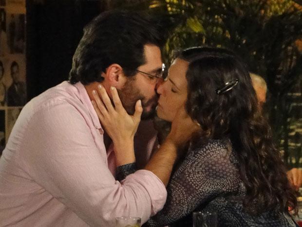 Lúcio e Laura se beijam pela primeira vez (Foto: TV Globo/ A Vida da Gente)