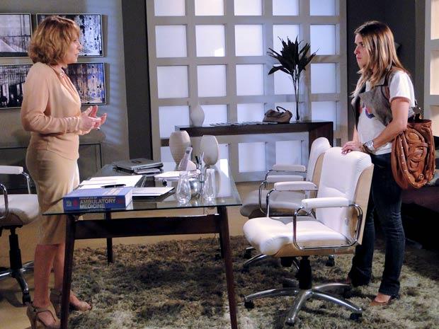 Danielle revela para Beatriz a verdade sobre a filha de Esther (Foto: TV Globo / Fina Estampa)