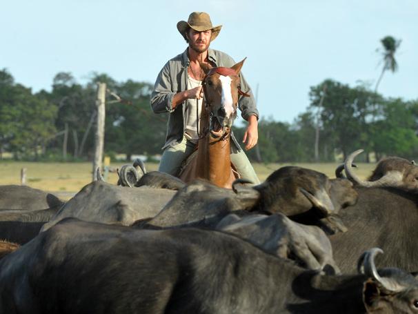Gabriel Braga Nunes interpreta peão que tem o dom de amansar os animais  (Foto: Alex Carvalho/ TV Globo)