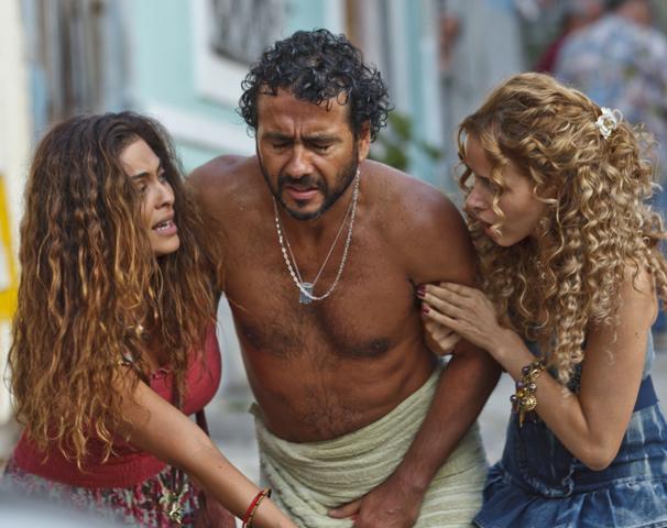 A pernambucana fica desconfiada da traição do marido com a amiga Valquíria (Leona Cavalli)  (Foto: Ique Esteves/ TV Globo)