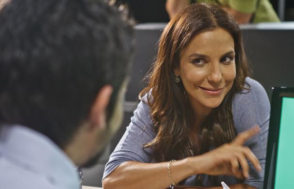 Ivete Sangalo interpreta uma mulher atrapalhada que vai se envolver em mais uma confusão ao pegar uma bolsa emprestado (Foto: Ique Esteves/ TV Globo)