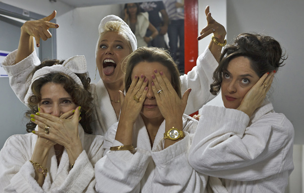 Xuxa brinca com Mallu Valle, Giulia Gam e Bianca Byington durante as gravações (Foto: Ique Esteves/ TV Globo)
