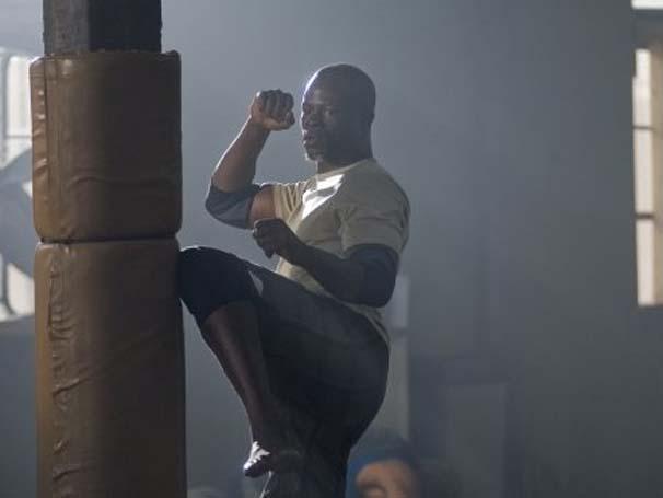 Djimon Hounsou interpreta treinador de luta em clube (Foto: Divulgação)
