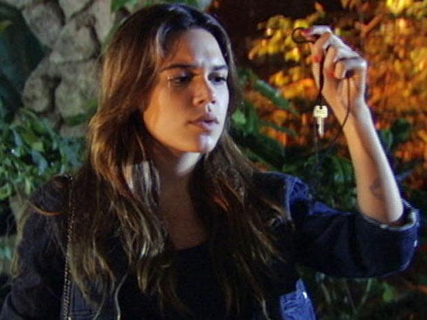 Natália pega a chave do armário secreto de Moisés e tenta abri-lo  (Foto: TV Globo / Malhação)