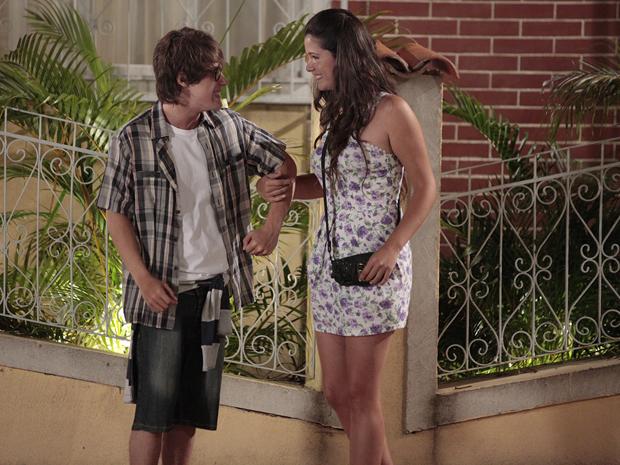 Orlandinho conhece Graciosa e fica encantado (Foto: TV Globo / Aquele Beijo)