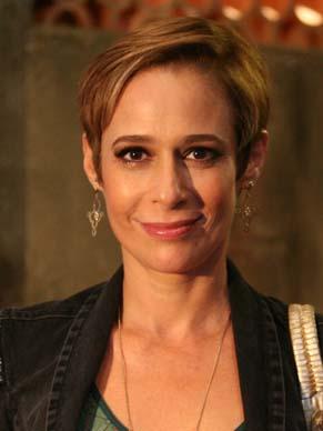 Andrea Beltrão é uma professora em 'Verônica' (Foto: TV Globo / Marcio Nunes)