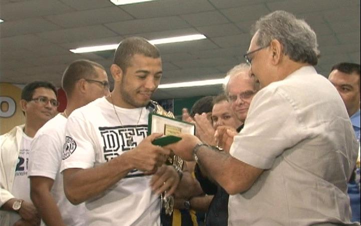O lutador José Aldo recebeu a chave da cidade pelas mãos do prefeito de Manaus, Amazonino Mendes (Foto: Jornal do Amazonas)