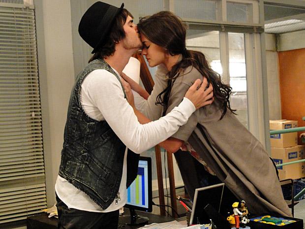 Belezinha e Agenor assinam a anulação de seu casamento (Foto: TV Globo / Aquele Beijo)
