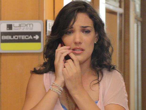 Patrícia telefona para Griselda e conta que Antenor está vivo (Foto: TV Globo / Fina Estampa)