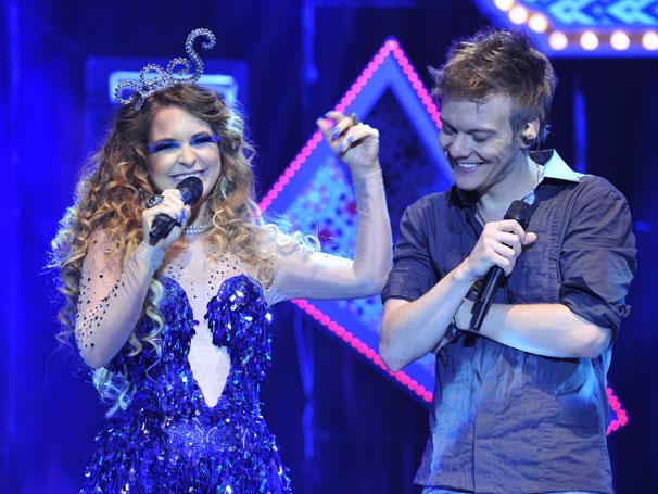 Teló é só alegria por cantar com Claudia Abreu, de quem se declara um grande fã: 'É incrível!' (Foto: Divulgação TV Globo / Renato Rocha Miranda)