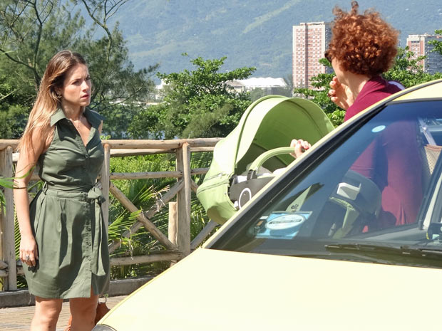 Beatriz persegue Esther no meio da rua e a estilista foge de táxi  (Foto: TV Globo / Fina Estampa)