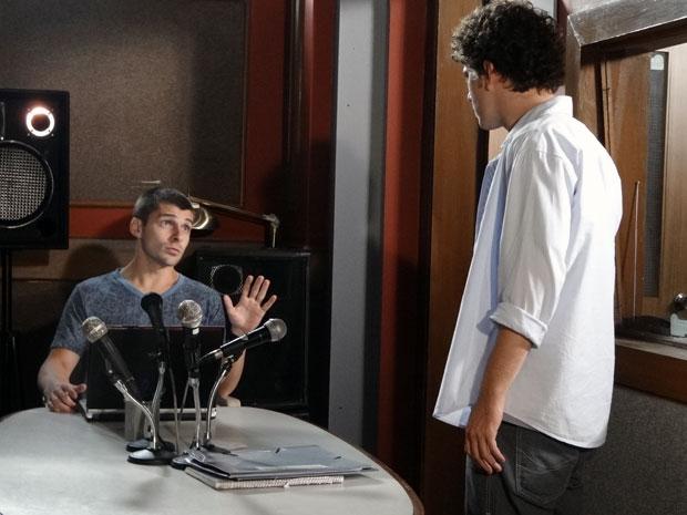 Gabriel descobre que o filho que Cristal está esperando é dele (Foto: TV Globo / Malhação)